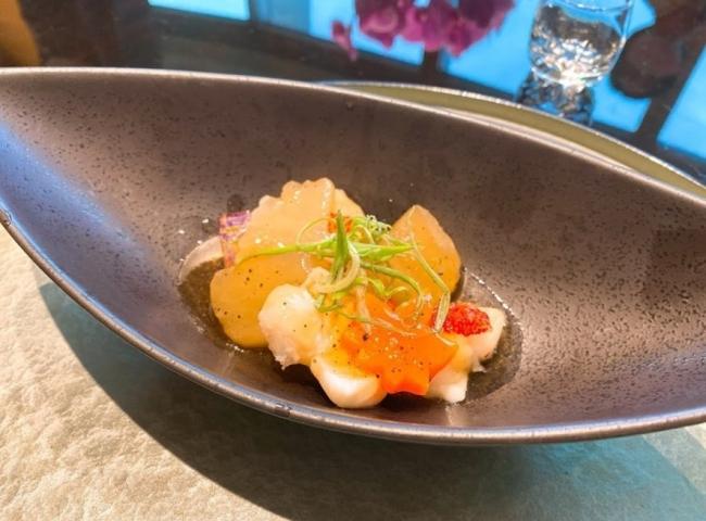今天中午來吃龍蝦海陸鐵板燒慶生! 師傅都會解說加入什麼增加味覺層次,龍蝦超好吃,肉質Q彈鮮美,撒了烏魚子很特別!