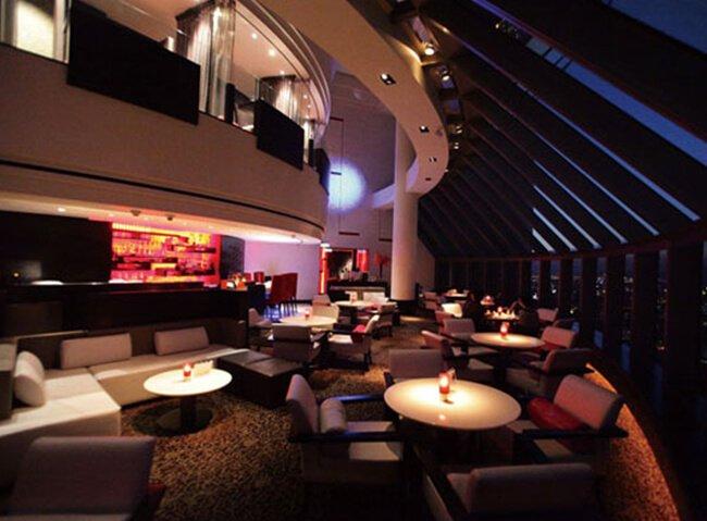來到這裏,高空的景觀餐廳,可以遠眺臺北101大樓,下午提供下午茶套餐。到了晚上,則搖身一變為高空酒吧 Sky bar。
